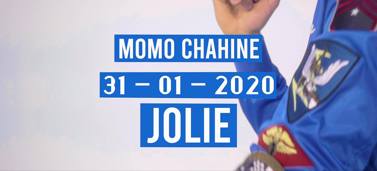Link zum Video Jolie mit Momo Chahine in blauer Bomberjacke von Top Gun®